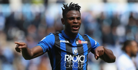 ROME, ITALY - MAY 05: Duvan Zapata of Atalanta BC celebrates after scoring the team's first goal during the Serie A match between SS Lazio and Atalanta BC at Stadio Olimpico on May 5, 2019 in Rome, Italy. (Photo by Paolo Bruno/Getty Images)